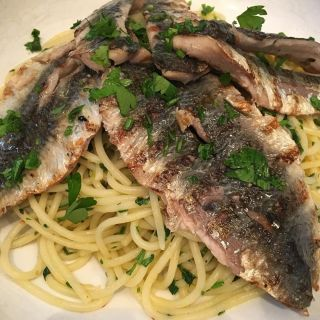Spaghetti with grilled sardines.